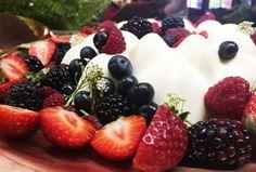 Prá lá de especial essaReceita de Panna cotta leva limão siciliano, berries frescas e xarope de rosas