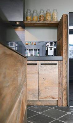 Houten keuken: oud eiken met natuursteen werkblad RestyleXL #keukens