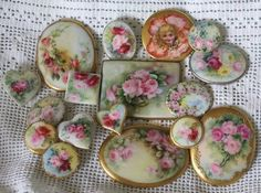 Hand painted porcelain brooches and buttons. Button Art, Button Crafts, Vintage Sewing, Vintage Items, Vintage Jewelry, Vintage Pink, Antique Jewelry, China Painting, Sewing Notions