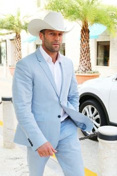 I love cowboys and many people including my brothers can wear a cowboy hat and look good but Jason Statham doesn't look good in a cowboy hat and that suit is horrible Jason Statam, Wedding Men, Tuxedo Wedding, Wedding Suits, Wedding Dress, Groom Suits, Mens Suits, Miami Vice, Slim Suit