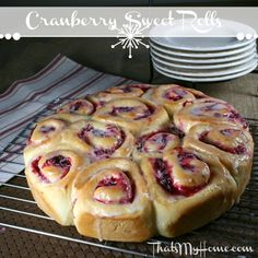 Cranberry Sweet Rolls – Recipes Food and Cooking Cranberry Sweet Rolls – Cranberry Sweet Rolls are made with a sweet yeast dough, a cranberry orange filling and frosted. Recipes Food and Cooking Brownie Desserts, Christmas Friends, Christmas Morning, Christmas Breakfast, Cranberry Dessert, Cranberry Breakfast Recipes, Cranberry Recipes Healthy, Pan Rapido, Sweet Roll Recipe