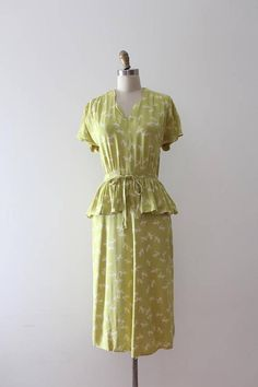 RARE and AMAZING novelty dress from the 1940s with a print of unicorns!!! This dress features (besides the unicorn print!!) a fitted waistline with matching belt and a peplum detail over the hips in the front. Label: Hadden Casuals