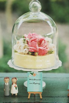 These glass cloche covers are so beautiful when placed over a mini cake with a floral decoration. Plus, how cute are the tiny easels!