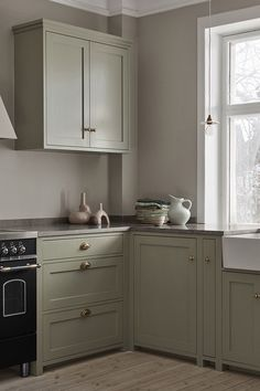 Farmhouse Kitchen Decor Ideas: Great Home Improvement Tips You Should Know! You need to have some knowledge of what to look for and expect from a home improvement job. Shaker Kitchen, Farmhouse Kitchen Decor, Kitchen Decor, New Kitchen, Nordic Kitchen, Latest Kitchen Designs, Minimalist Kitchen, New Kitchen Designs, Kitchen Cabinets Makeover