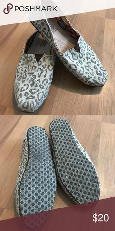 Skechers BOBS EUC. Only worn a handful of times. No stains or spot on the canvas. Super clean! Size 7.5. Skechers Shoes Flats & Loafers