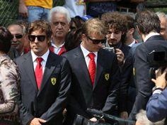 O piloto espanhol Fernando Alonso e o finlândes Kimi Raikkonen participam de tributo a Ayrton Senna no autódromo de Ímola, na Itália, onde há exatos 20 anos o brasileiro morreu em um acidente. Mais de 20 mil pessoas foram prestar homenagens - http://epoca.globo.com/tempo/fotos/2014/05/fotos-do-dia-1-de-maio-de-2014.html (Foto: EFE/Giorgio Benvenuti)