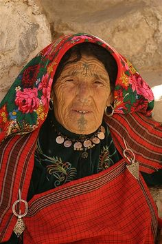 A traditional Berber woman in Chenini, Tunisia by Winston Jennifer Yeung We Are The World, People Around The World, Folklore, Berber Tattoo, Facial Tattoos, Tribal People, Portraits, African Culture, Interesting Faces