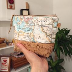 Handgenähte Kosmetiktasche mit Welkarte, Reiseaccessoire / travel accessory: cosmetic bag with world map print made by Catzy's Taschen via DaWanda.com