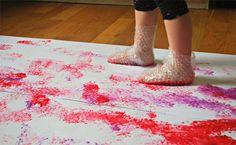 Dipingere con i piedi e carta millebolle