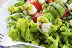 Para compartir una ensalada fresca a la hora del almuerzo no se requieren mayores ingredientes, es cosa de mezclar lo cítrico y potenciar el verde.