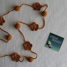 Collana a crochet in cotone giallo senape con palline e fiori