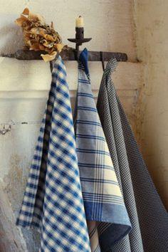 repasadores en tonos de azules.                via Brick French Dishtowels-Blue)