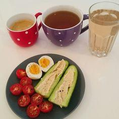 Ganz einfaches Frühstück : Tomate, Ei und Gurke mit Hummus  Dazu Kaffee, Detox-Tee und Teeschorle (heute Blueberry Muffin)