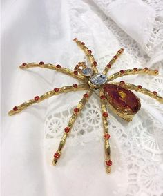 Spider brooch by TRIA ALFA created with Swarovski crystals. Photo by Spider Queen, Swarovski Crystals, Insects, Brooch, Style Inspiration, Nature, Outfit, Outfits, Naturaleza
