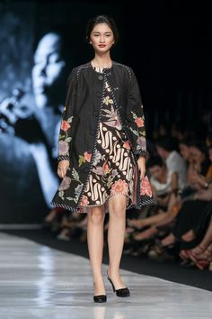 Jakarta Fashion Week 2014 – Edward Hutabarat – The Actual Style Batik Blazer, Blouse Batik, Batik Dress, Kimono, Kebaya Dress, Batik Kebaya, Style Oriental, Oriental Fashion, Simple Dresses