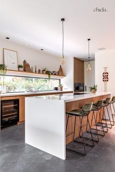 Het natuurlijke, wat retro, kleurenpalet van hout, bruin en groen past mooi bij de moderne elementen van dit huis. Op deze foto zie je de mooie keuken van dit prachtige huis. Ik wilde het liefst copy-paste naar mijn eigen huis doen toen ik dit huis binnenliep en op beeld vastlegde voor mijn klant @Fijri_Fijri . - - keuken wit - interieurfotograaf - interieur inspiratie - huis inrichten inspiratie - woning decoreren - minimalistisch keuken - retro interior - interior inspiration Flagstone, Green Kitchen, Cool Kitchens, Interior And Exterior, Beach House, Table, Furniture, Home Decor, Beach Homes