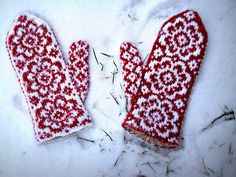 Very attractive, would love to access the pattern. Crochet Mitts, Knit Or Crochet, Scandinavian Folk Art, Scandinavian Christmas, Yarn Crafts, Sewing Crafts, Pattern Art, Pattern Design, Knitting Yarn