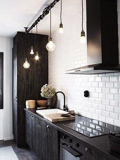 Pisałam już o biało-czarnej łazience, teraz przyszedł czas na kuchnię. To zestawienie kolorystyczne jest charakterystyczne dla kuchni w sty...