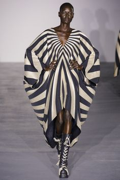 Gareth Pugh Spring 2017 Ready-to-Wear Fashion Show - Ajak Deng