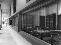 """Centro Studi Architettura Razionalista, Casa del Fascio Auf der Rechten Seite sind Terragnis Stühle """"Lariana"""" zu sehen"""