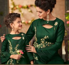 Mother & Daughter matching Dresses Indian - The handmade craft Mom Daughter Matching Outfits, Mommy Daughter Dresses, Mom And Baby Dresses, Mother Daughter Fashion, Baby Girl Dress Patterns, Stylish Dresses For Girls, Matching Couple Outfits, Mom Dress, Dresses Kids Girl