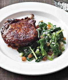 Paprika-Spiced Pork Chops With Spinach Sauté (auf die Rosinen verzichten) Pork Chop Recipes, Meat Recipes, Paleo Recipes, Cooking Recipes, Delicious Recipes, Lamb Recipes, What's Cooking, Amazing Recipes, Cooking Ideas