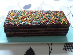 Kalter Hund, die Zweite. Dieses Mal von der Seite. Dieser Kuchen wird nicht gebacken, sondern mit Keksen oder Plätzchen aufgebaut und später mit schokoladiger Masse bestrichen.