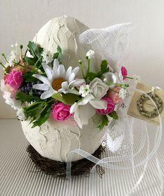 Easter Egg Crafts, Easter Eggs, Easter Flowers, Wood Flowers, Egg Art, Button Crafts, Felt Ornaments, Flower Decorations, Fun Crafts