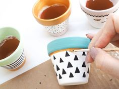 Painted Plant Pot diy Tutorial - Bang on Style de manualidades concretas Painted Plant Pots, Painted Flower Pots, Paint Garden Pots, Decorated Flower Pots, Painted Pebbles, Metallic Gold Paint, Diy Projects For Beginners, Pottery Painting, Terracotta Pots