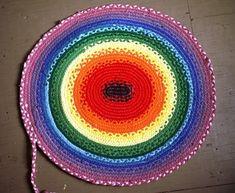 braided rag rug tutorial 027 made out of old T-shirts from Captain Crafty Braided Rug Tutorial, Rag Rug Tutorial, Fabric Crafts, Sewing Crafts, Sewing Projects, Crafty Projects, Diy Tresses, Braided T Shirts, Tshirt Garn