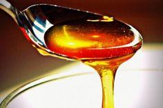 Une cuillerée de miel avant le coucher vous aidera à mieux dormir.  En augmentant les niveaux d'insuline dans le sang, le miel stimule la production de tryptophane dans le cerveau, qui ensuite, se transforme en sérotonine et favorise le sommeil réparateur.
