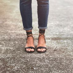 Para recorrer un camino de miles de kilómetros, debemos empezar con un solo paso. Ref: Sandalias Ula Ula Negras Birkenstock Mayari, Cap, Shoes, Fashion, Drive Way, Shoes Sandals, Black, Baseball Hat, Moda
