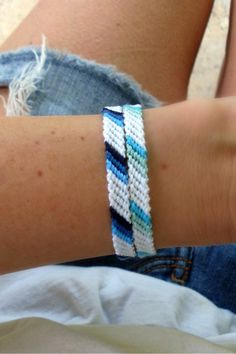 Ombre Summer Bracelets - The color Blue! Choose between the Ombre Blue Bracelet and the Aqua Ombre Bracelets this Summer. Homemade Bracelets, Diy Bracelets Easy, Summer Bracelets, Thread Bracelets, Embroidery Bracelets, Ankle Bracelets, Diy Embroidery, String Bracelets, Loom Bracelets