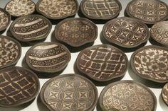 On dirait des motifs de bogolan! --Forrest Lesch-Middelton Ceramics