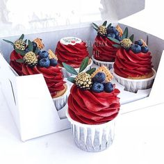 Gilded berries on cupcakes Cupcake Recipes, Dessert Recipes, Buttercream Cupcakes, Red Cupcakes, Kolaci I Torte, Pretty Cakes, Confectionery, Mini Cakes, Cupcake Cookies