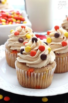 triple peanut butter cupcakes - peanut butter cupcake filled with mini reese's pieces and peanut butter chips, topped with peanut butter icing!my favorite Reeses Peanut Butter Cupcakes, Peanut Butter Icing, Best Peanut Butter, Reeses Cake, Reese's Cupcakes, Cupcake Cakes, Cup Cakes, How To Ice Cupcakes, Flavored Cupcakes