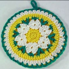 Some modern and new crochet potholders then you can simply choose from this big list of 112 free crochet potholder patterns that are all epic in style and come in enchanting colorful hues! Crochet Daisy, Crochet Home, Crochet Motif, Diy Crochet, Vintage Crochet, Crochet Crafts, Crochet Geek, Crochet Projects, Crochet Patterns
