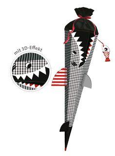 Jungs Schultüte Hai Happen von Roth finden Sie unter http://www.prell-versand.de/Basteltechniken/Bastelmaterial/Schultueten/Motivschultueten-sechseckig/Roth-Bastelset-3D-Motivschultuete-Hai-Happen-sechseckig--inkl--Schulstarterpaket-GRATIS--Mitte-Februar-lieferbar-.html