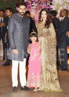 Aishwarya Rai Bachchan attends the Ambani bash with hubby Abhishek Bachchan and daughter Aaradhya Bachchan Bollywood Actress Hot Photos, Bollywood Fashion, African Traditional Dresses, Indian Dresses, Indian Beauty Saree, Indian Sarees, Indian Makeup, Red Lehenga, Lehenga Choli