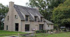 Deze vrijstaande woning in bosrijk gebied, in Elst is volledig opgetrokken in de Kempische stijl. De woning straalt een positieve arrogantie uit met een vleugje nostalgie. Om een dergelijke woning te bouwen is ambachtelijk vakmanschap en gevoel vereist. Wij van Aannemersbedrijf Polman weten hier haarfijn...