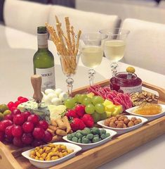 Good morning Sunday with this beautiful serving board! Party Snacks, Appetizers For Party, Appetizer Recipes, Charcuterie And Cheese Board, Charcuterie Platter, Wine And Cheese Party, Wine Tasting Party, Party Food Platters, Cheese Platters