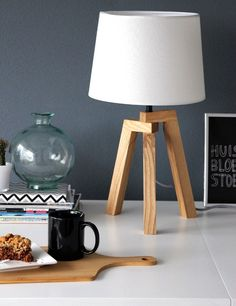 Bedside Lamp, Tripod Lamp, Desk Lamp, Wooden Bedroom, Bedroom Lamps, Table Lamp Wood, Wood Lamps, Cool Woodworking Projects, Diy Wood Projects