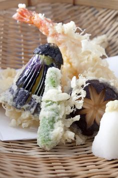 Tempura is one of Japan's representative foods. It uses seasonal vegetables and seafood including shrimp. Tempura is universally popular.