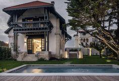 Cette #piscine rectangulaire, avec ses margelles épaisses, s'accorde parfaitement avec le style de la maison. On s'imagine très bien y vivre, non ? @vivremapiscine