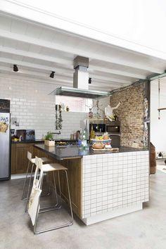 Keuken met hardstenen blad en witte tegels   Kitchen with stone countertop and white tiles   vtwonen 13-2017   Fotografie Jansje Klazinga   Styling Carolien Manning