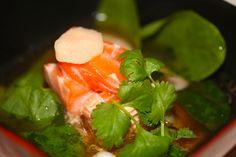 orientalna zupa z filetem z łososia i krewetkami