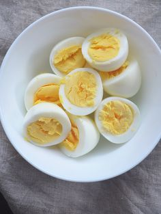 Air Fryer Hard Boiled Eggs – are so easy you'll never make them on your stove top again! Guys, making hard boiled eggs will never be the same with my air fryer! I always thought hard boiled eggs were super annoying to make because you literally had to wai Air Fryer Oven Recipes, Air Frier Recipes, Air Fryer Dinner Recipes, Air Fryer Recipes Breakfast, Breakfast Buffet, Hard Boiled Egg Recipes, Making Hard Boiled Eggs, Cooks Air Fryer, Air Fried Food