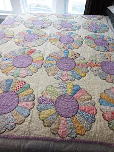 Antique Dresden Plate Quilt From Feed Sack Prints - 1930's in Excellent Condition