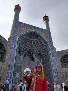 Posando con mi bordado en la puerta mezquita Isfahan