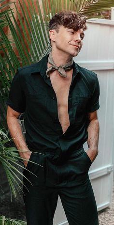 Bandana-A Stylish Man's Accessory Mens Fashion Blog, Fashion Tips, Fashion Trends, Men's Fashion, Cool Hairstyles For Men, Men's Hairstyles, Cool Bandanas, Bandana Styles, Mens Style Guide